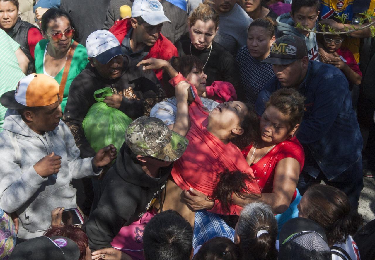 Una mujer se desmayó en las afueras de la cárcel de Topo Chico el jueves. Al menos 49 reos fallecieron durante un motín. (AFP-GETTY IMAGES/JULIO CÉSAR AGUILAR)