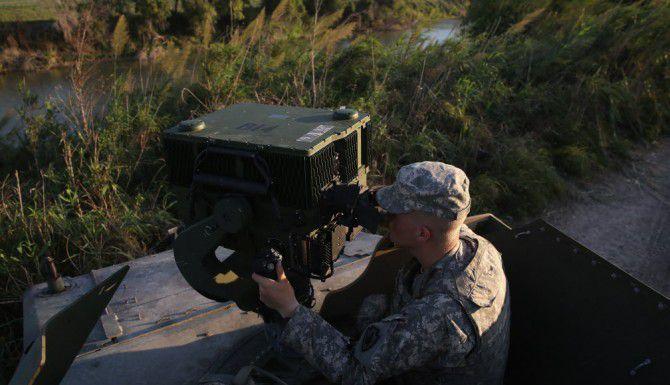 Un miembro de la Guardia Nacional opera quipo de vigilancia en Havana, Texas, cerca del Río Grande. (GETTY IMAGES/JOHN MOORE)