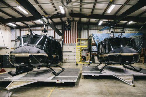 Unos helicópteros UH-1N Huey, una vez usados por los infantes de marina en Marine Corps, ahora son usados por la Patrulla Fronteriza en McAllen, Texas. Foto WILLAIM WIDMER, THE NEW YORK TIMES