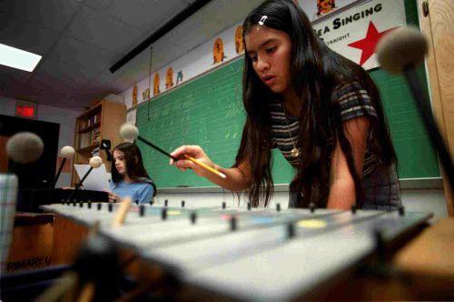 Musikgarten les enseña a los niños sobre la música en otras culturas.