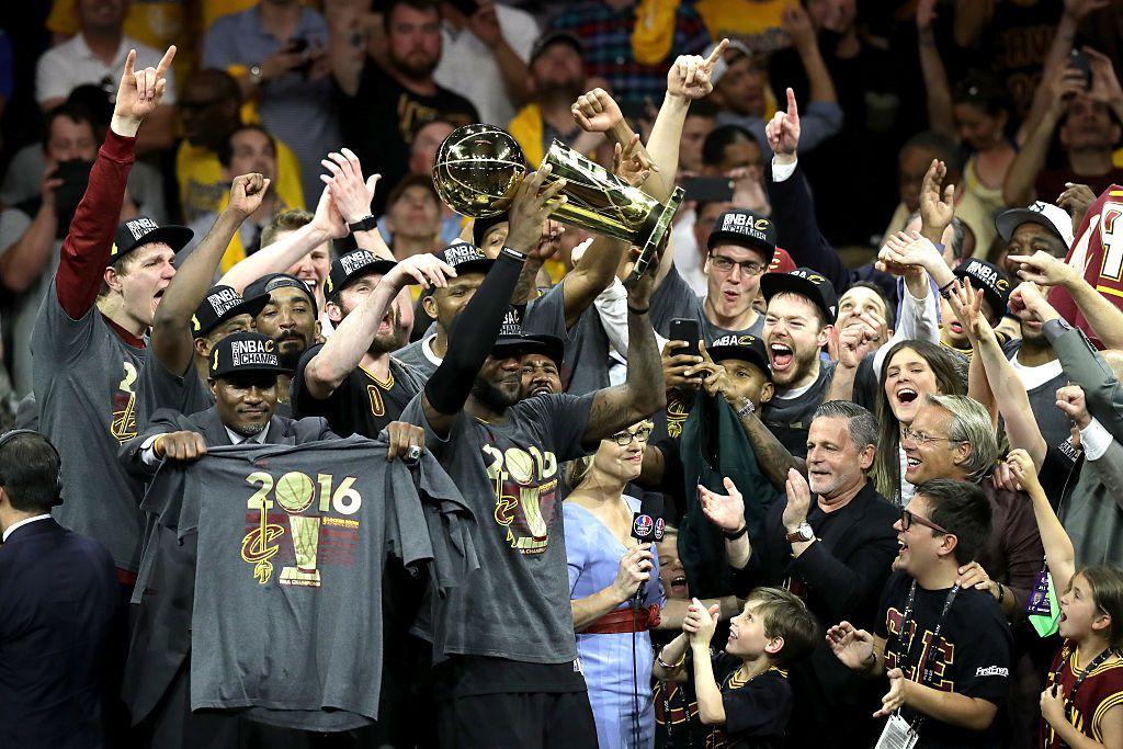 LeBron James levantra el trofeo de campeón, una vez más en su carrera. Foto GETTY IMAGES