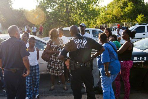 Unos agentes de la unidad Antipandillas del Departamento de Policía de Dallas investiganen un tiroteo entre la avenida Dixon y  Bourquin Street. Foto JEFF LAUTENBERGER/DMN.
