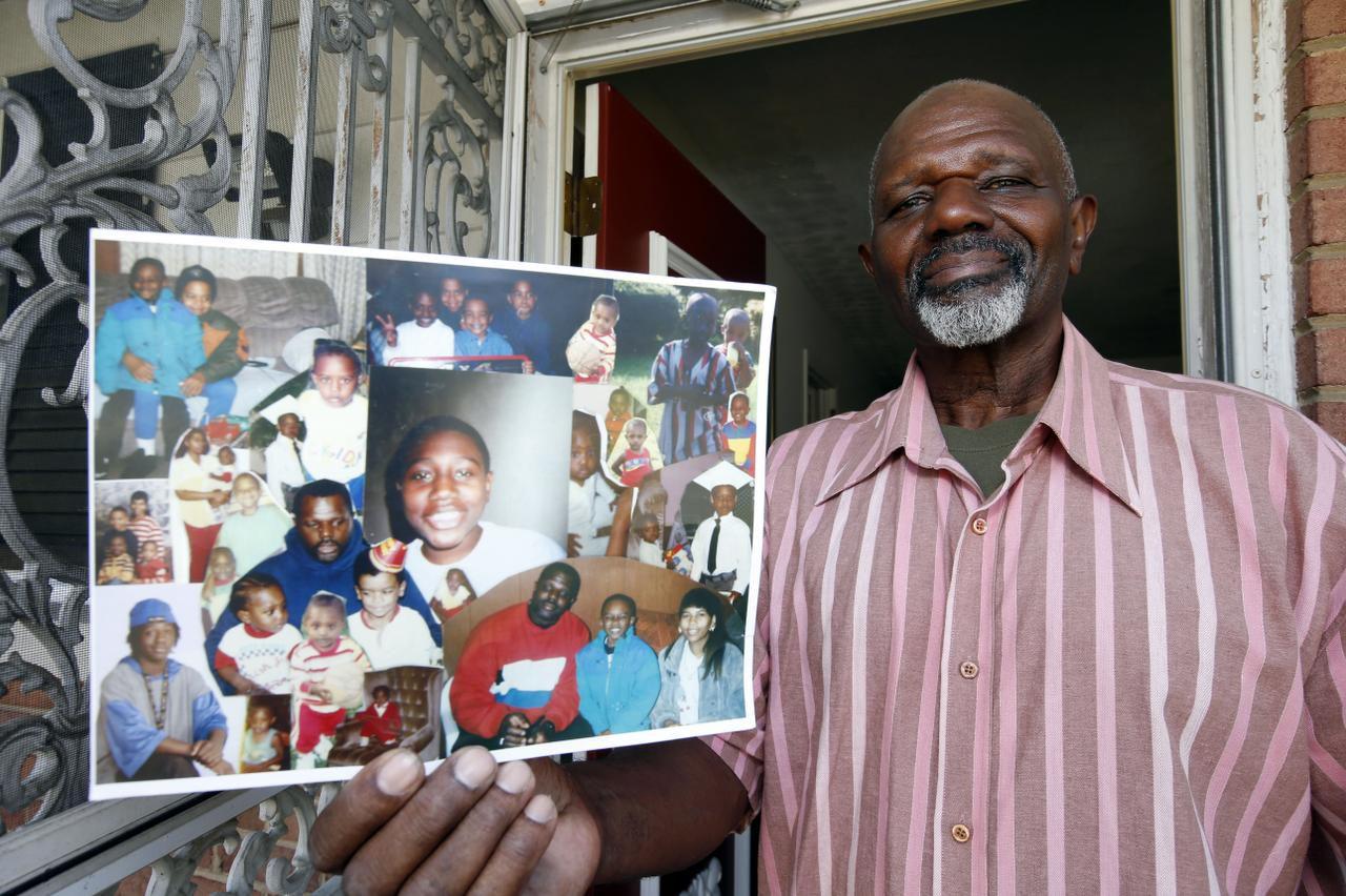 Kennet Evans muestra fotografías de su hijo, Tuan, que sería uno de los beneficiarios de la reducción de penas. (AP/ALEX BRANDON)