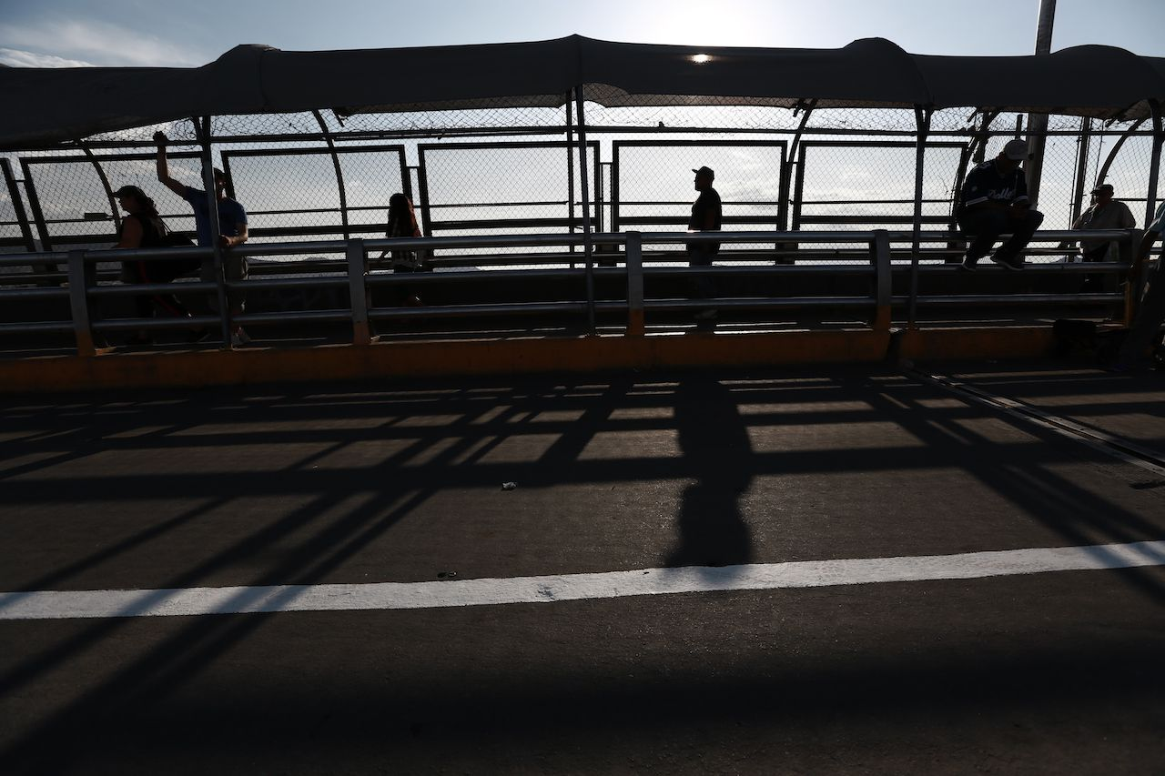 Un grupo de personas regresa a pie a Ciudad Juárez, México, por el puente Paso del Norte, desde El Paso, Texas, el 6 de agosto de 2019.