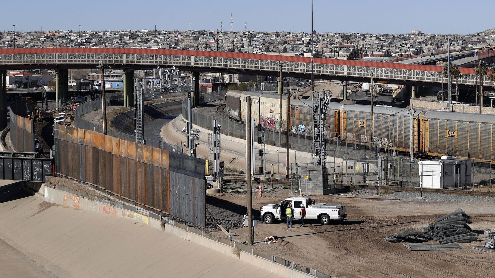 Una nueva barrera con barrotes de metal es construida en el lado estadounidense de el Río Grande, entre El Paso y Ciudad Juárez.AP