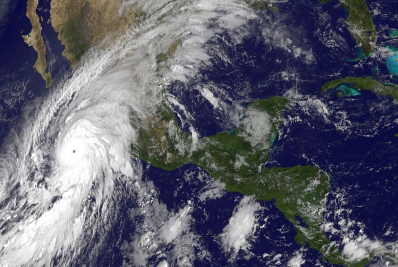Imagen satelital del huracán Patricia, que se aproxima a la costa del Pacífico mexicano.(AP)
