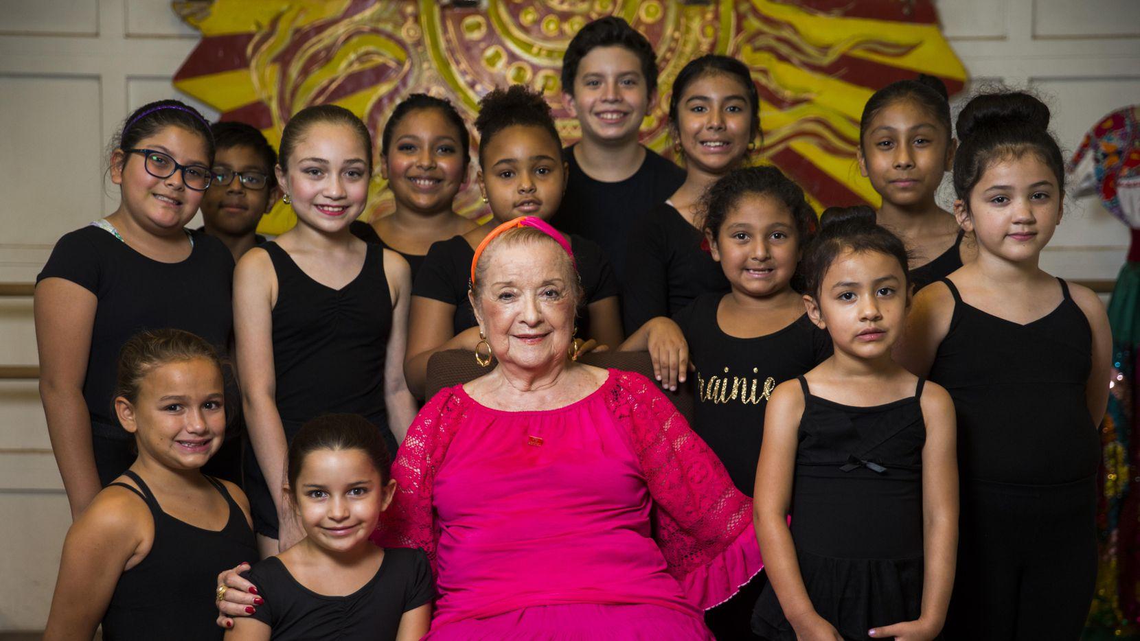 Anita N. Martínez junto a estudiantes del ballet folklórico que lleva su nombre. ASHLEY LANDIS/DMN
