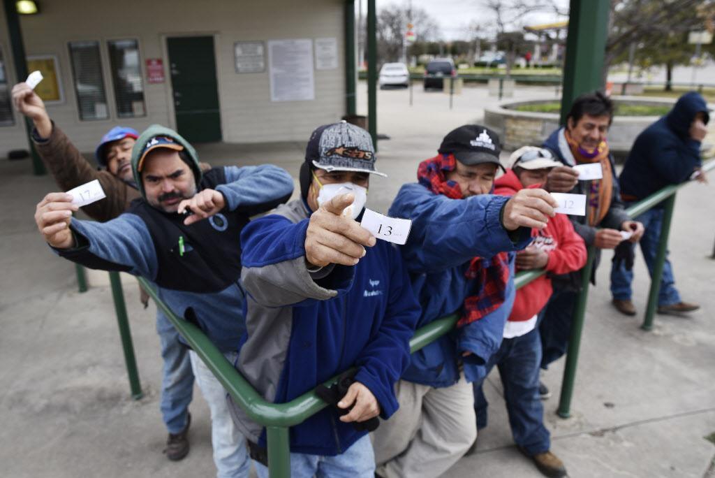 Carlos Flores, de 58 años, y de Ciudad de México, muestra su comprobante con la esperanza de ser elegido por un contratista para un trabajo. Decenas llegan todos los días al Centro de Jornaleros de Garland.  BEN TORRES/ESPECIAL PARA AL DÍA