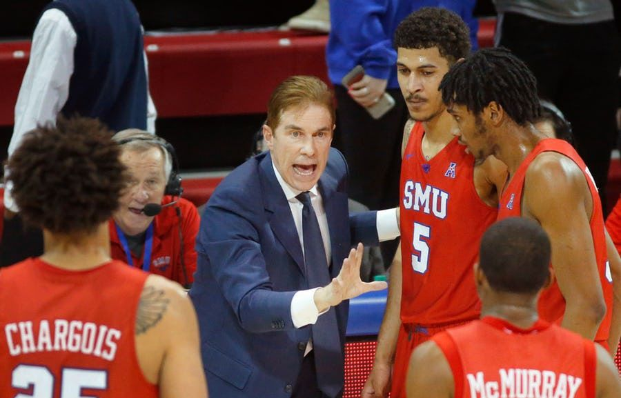 Southern Methodist Mustangs head coach Tim Jankovich gathers his players in the final minute as they held onto beat Connecticut Huskies at Moody Coliseum in University Park, Texas, Thursday, February 21, 2019. (Tom Fox/The Dallas Morning News)