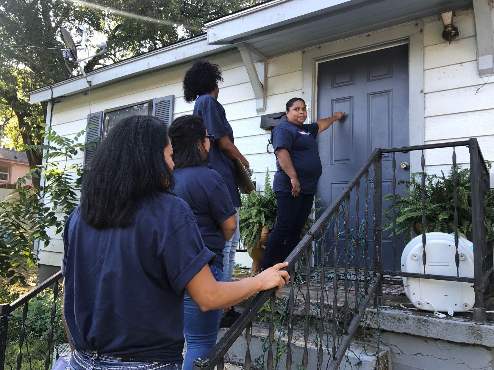 Marisol Flores, maestra de la primaria T.G. Terry, golpea la puerta de una casa en Oak Cliff. El distrito recordó a los estudiantes del inicio de clases.