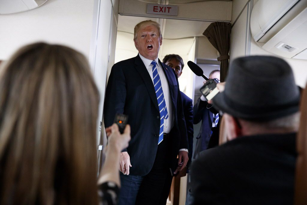 Donald Trump habla con reporteros a bordo del Air Force One./AP