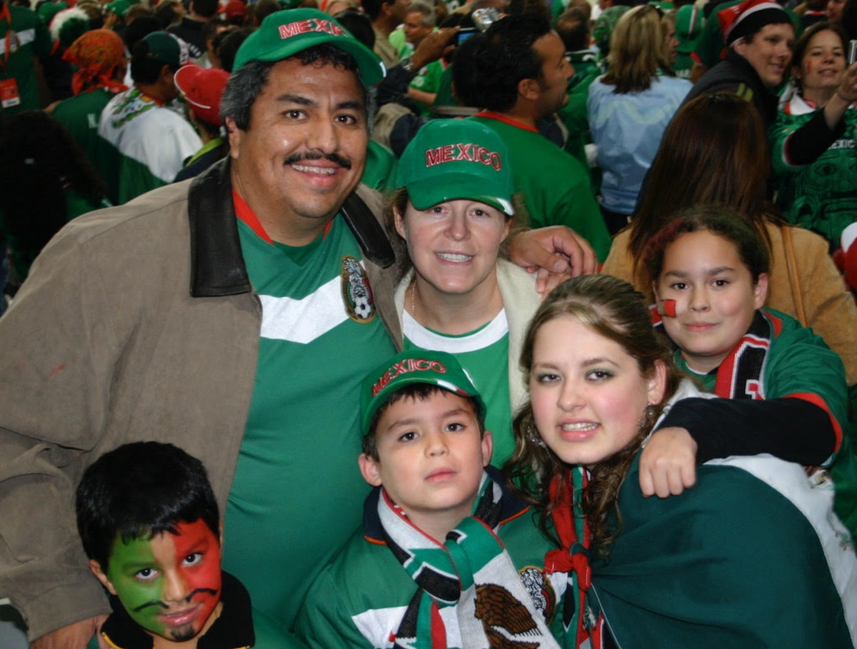 Raúl Estrada y su familia en el Hannover Stadium durante el Mundial 2006. Foto cortesía familia.