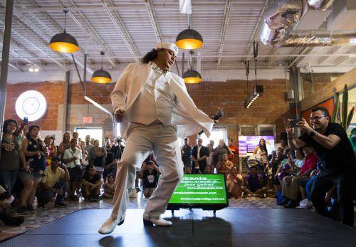 Ernesto Rangel presenta su mejor impresión del cantante mexicano Juan Gabriel en un festival el sábado 25 de agosto de 2018 en el Mercado 369 de Dallas. Foto: Ashley Landis / DMN