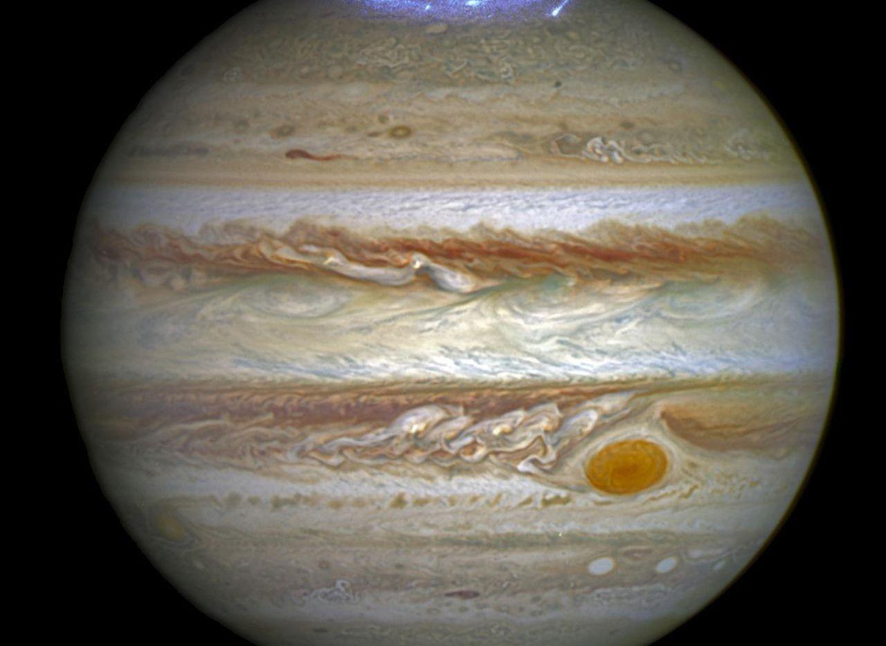 Una composición de imágenes de la NASA muestra a Júpiter y sus auroras. Se espera que Juno ayuda a entender mejor a este planeta.(AP)