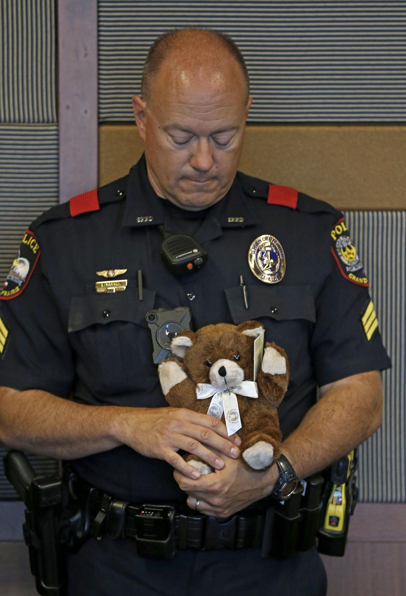 El sargento Eric Hansen, de la unidad de tránsito de la policía de Grand Prairie, con uno los ositos de peluche que llevará la policía para consolar a niños cuyos padres sean parte de incidentes de alcoholismo en la carretera.