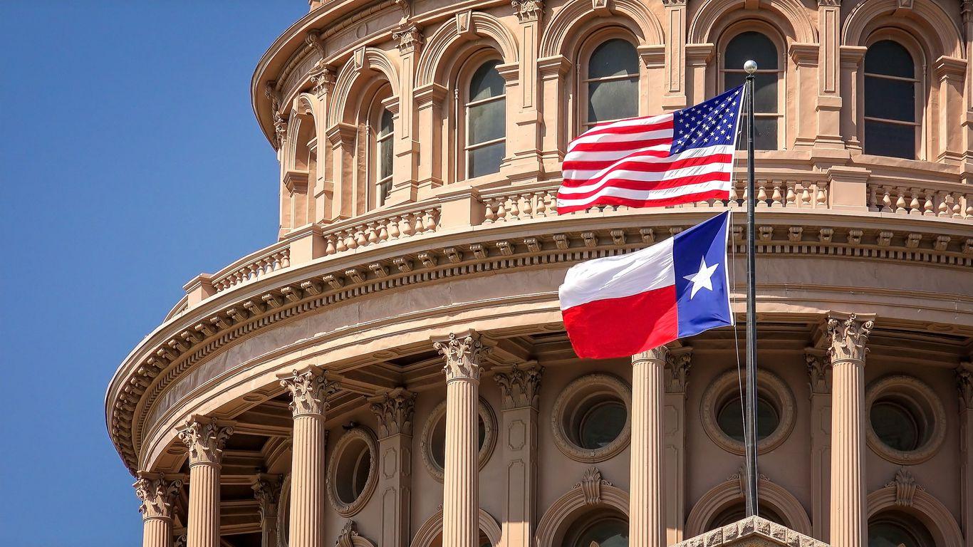 Las banderas de Estados Unidos y Texas ondean frente al capitolio de Texas, en Austin. iStock.
