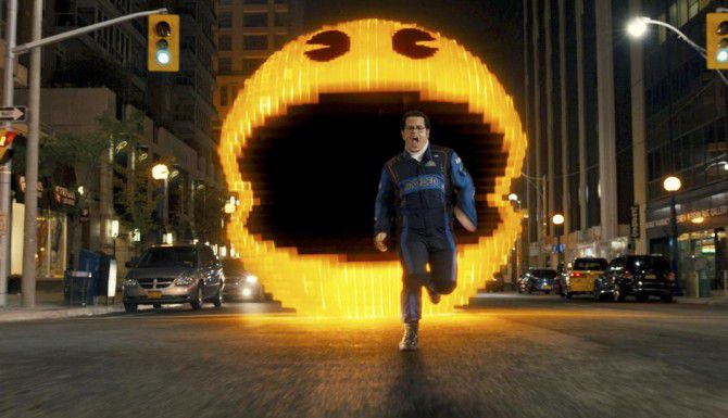 """Josh Gad huye de Pac-Man en """"Pixels"""", cinta que rescata a los videojuegos ochenteros. (AP/SONY PICTURES)"""