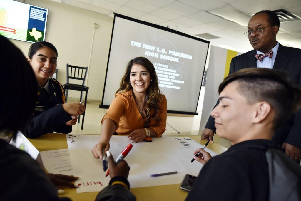 Clarysa Chávez (izq.), Sandra Castro y Miguel Breceda discuten ideas para el futuro edificio de la preparatoria Pinkson. BEN TORRES AL DÍA