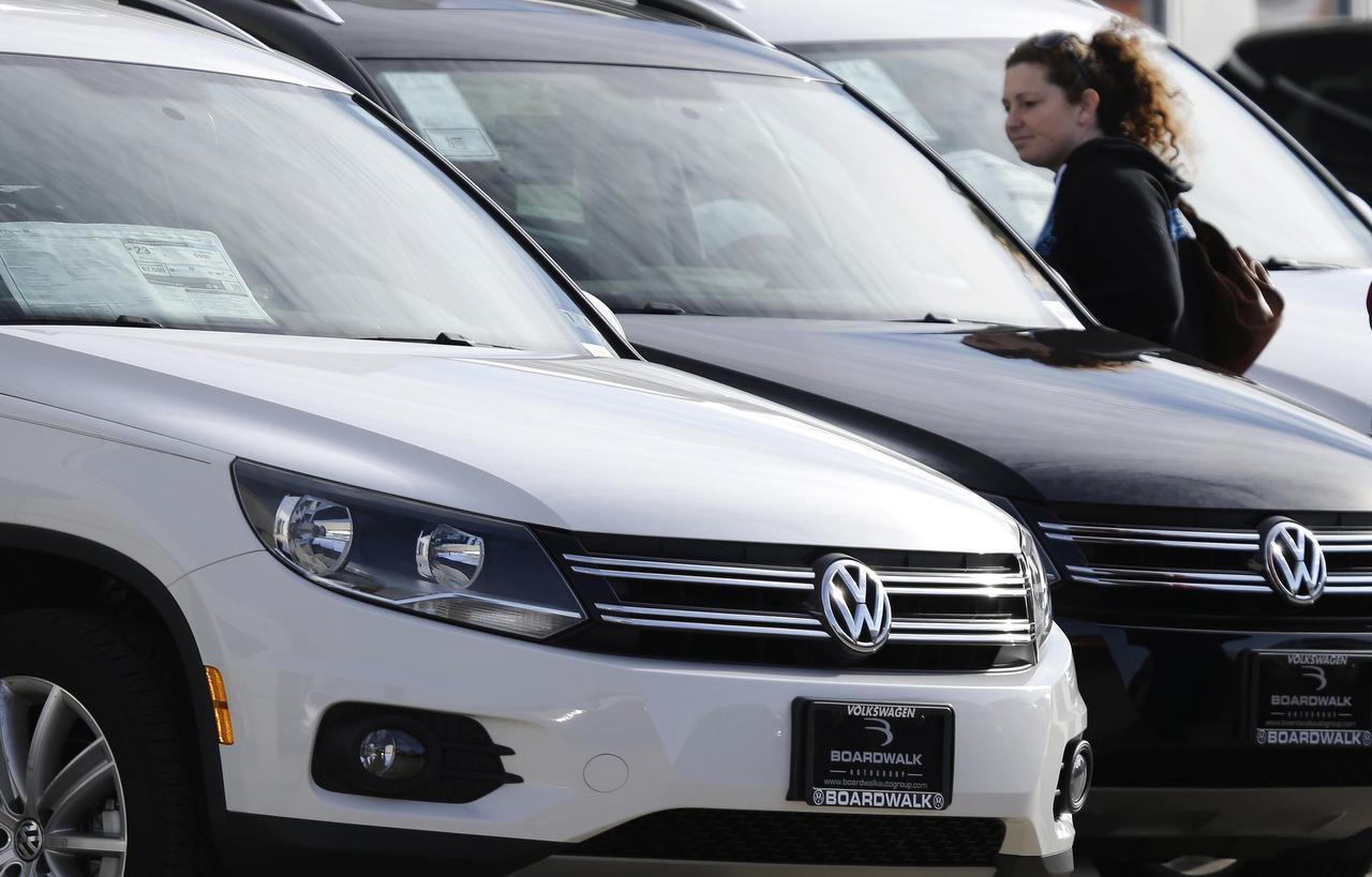 Meredith Havens checa autos en una agencia de Volkswagen en Richardson. (AP/LM OTERO)
