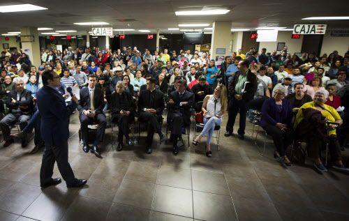 El consulado está atendiendo un promedio de 900 personas al día. Hace un año eran solo 300, dice el cónsul Francisco de la Torre.