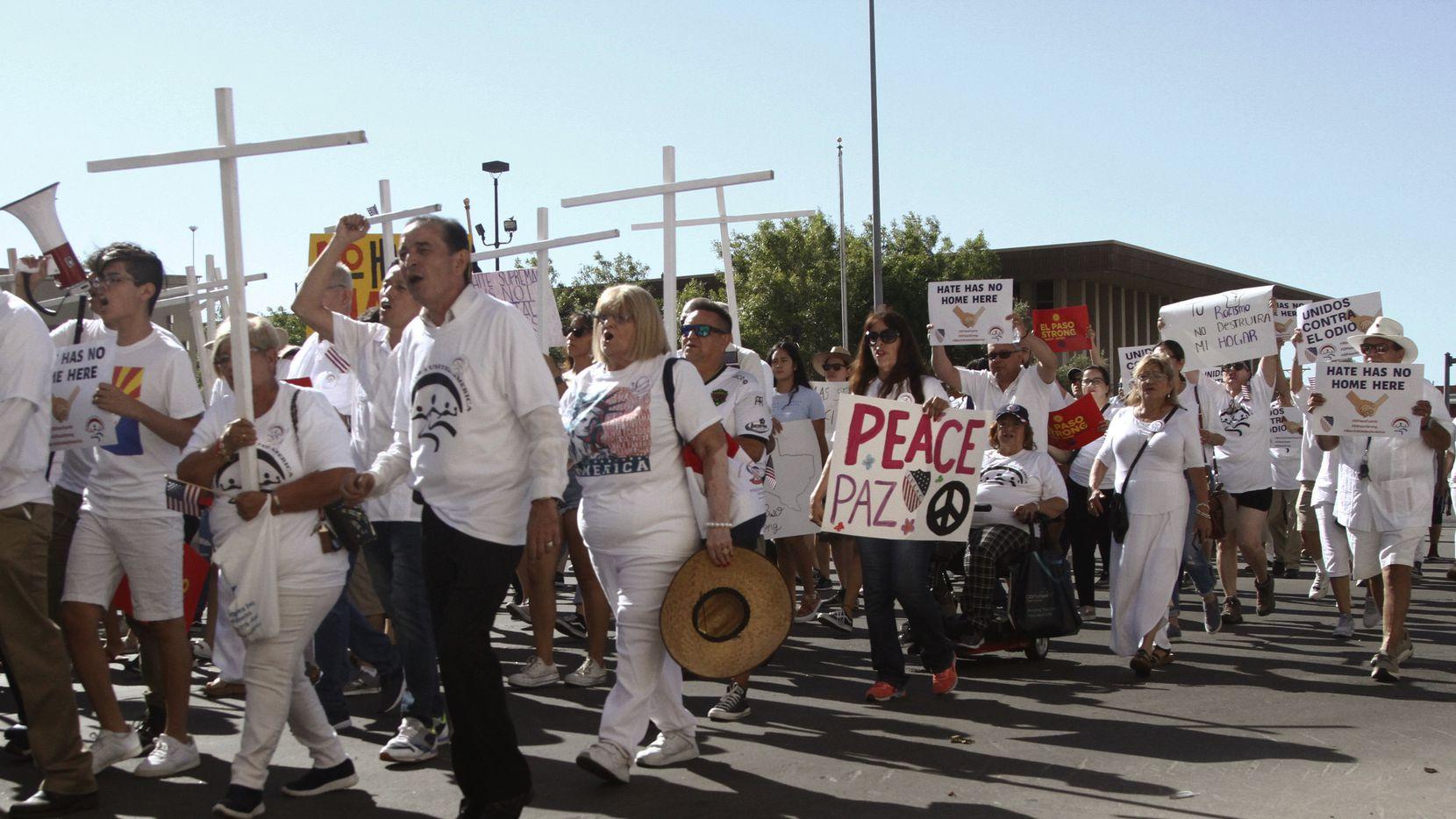 """Personas que participaron en la """"Marcha por la Unidad"""" convocada por la organización LULAC, en El Paso."""