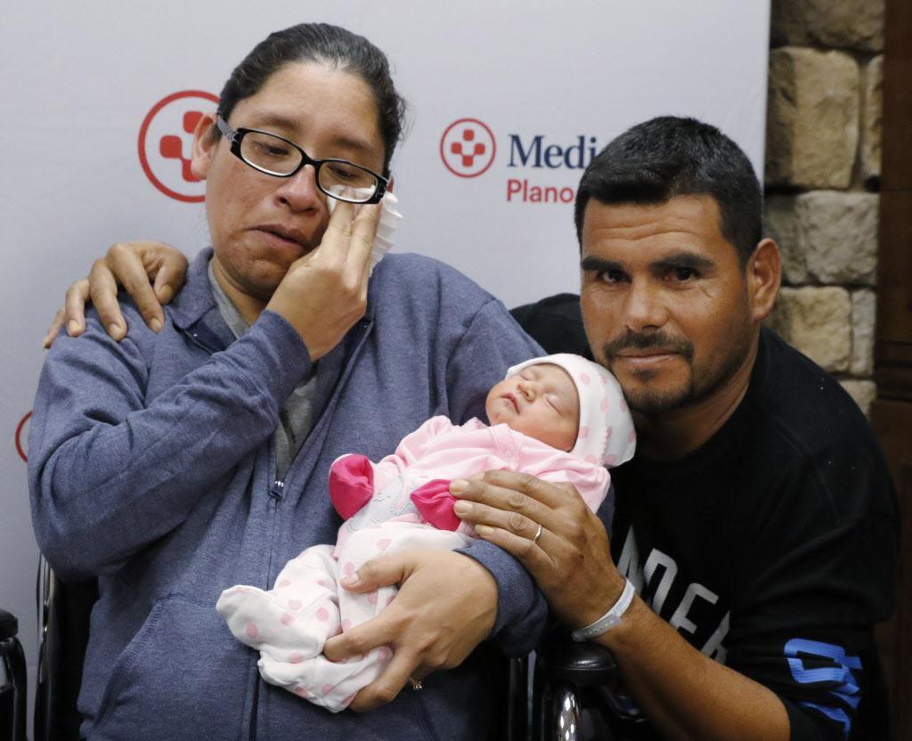 Nora Uribe y su recién nacida Ximena, junto a su esposo Antonio Negrete. Urbie dio a luz el miércoles luego de abandonar la zona afectada por el huracán Harvey en Houston. -DAVID WOO/DMN