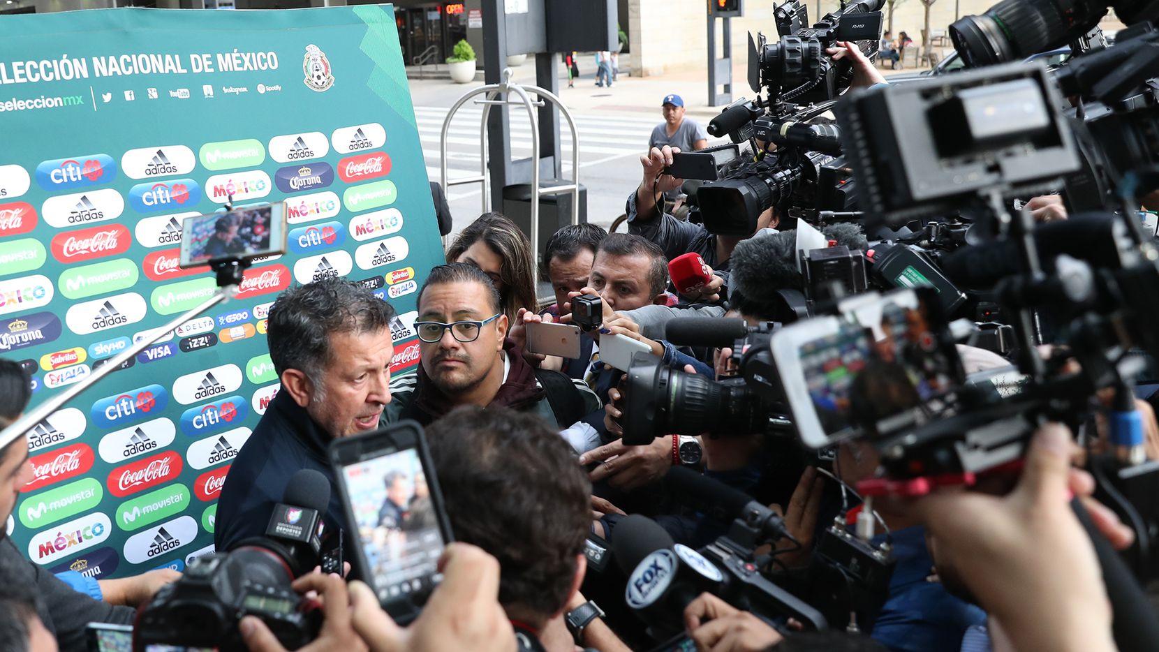 Juan Carlos Osorio, DT de México, el domingo en su llegada a Dallas para el amistoso ante Croacia, programado para el martes 27. Foto Omar Vega para Al Día