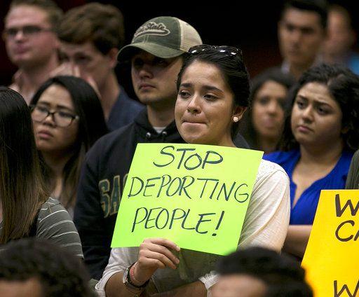 Beatriz Figueroa, una estudiante de California State University de Sacramento, se unió a otros en un evento en que se presentó Nancy Pelosi, la demócrata de más alto rango del congreso. Pelosi fue abucheada por los jóvenes inmigrantes. Foto AP