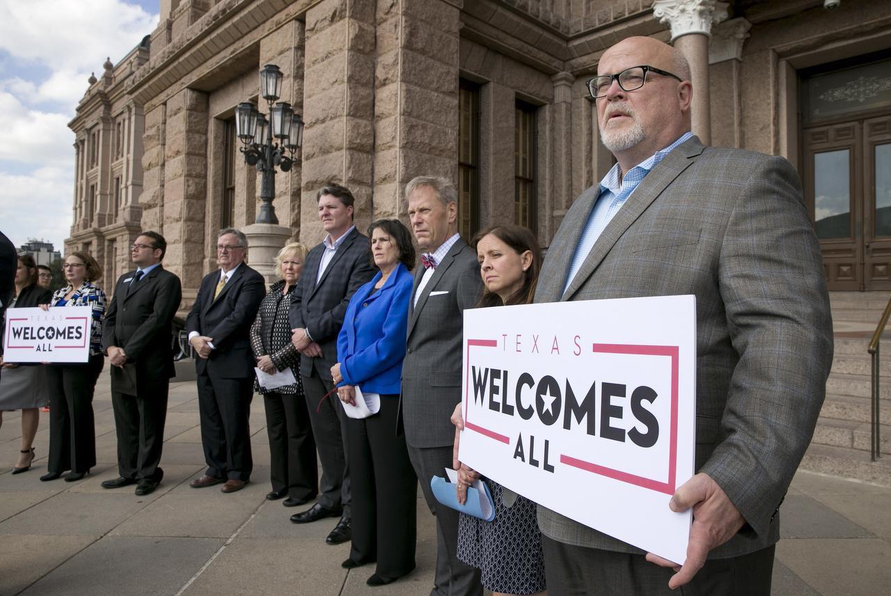 La Corte Suprema de Texas escuchará un casa que podría retirar beneficios a parejas gayP (AP/JAY JENNER)