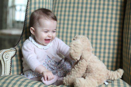 La princesa Charlotte juega con su perro de peluche, en el Anmer Hall, en Sandringham, Inglaterra.