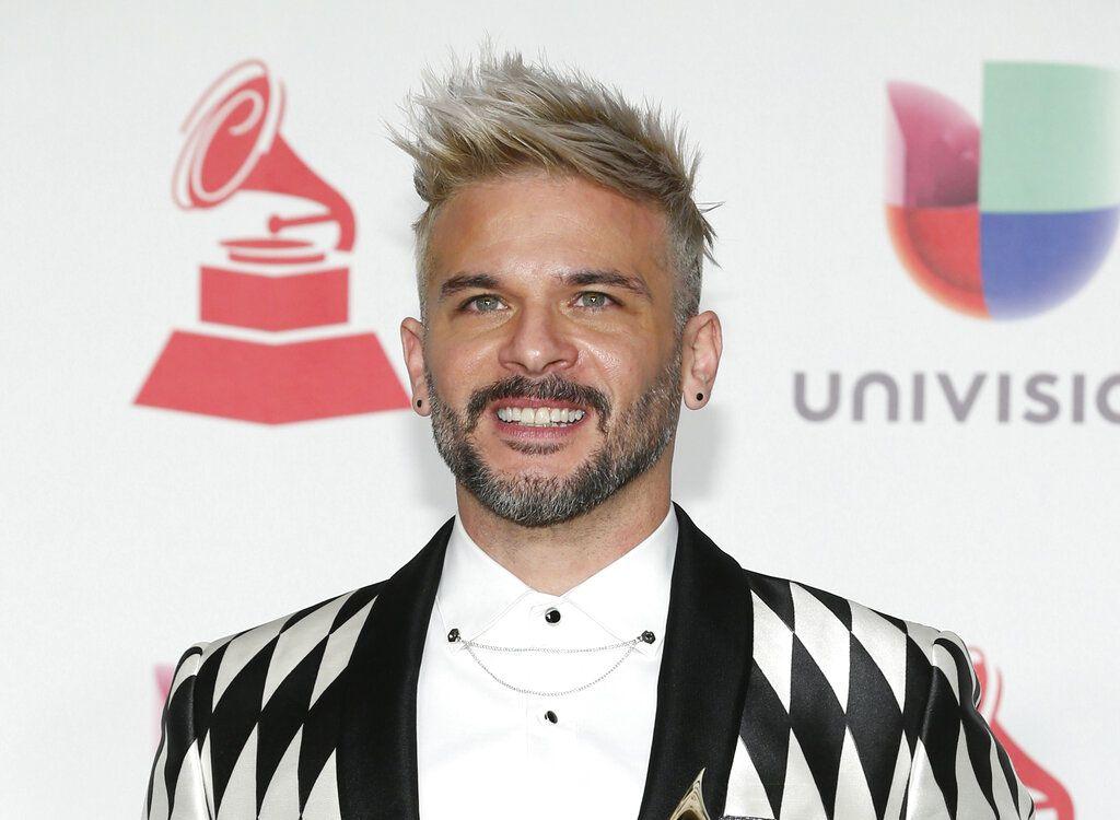 """En esta foto del 15 de noviembre del 2018, Pedro Capó llega a la ceremonia de los Latin Grammy en Las Vegas. El cantante puertorriqueño dice que se siente bendecido de haber encontrado el éxito internacional con """"Calma"""" tras dos décadas de trayectoria artística. (Foto por Eric Jamison/Invision/AP, Archivo)"""