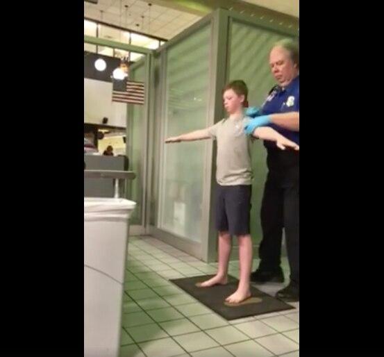 """Jennifer Williamson escribió el domingo en la mañana que su hijo padece un trastorno de procesamiento sensorial y que pidió a los agentes """"inspeccionarlo de una manera diferente a como lo hace de acuerdo a las reglas de la TSA"""". /FOTO TOMADA DE FACEBOOK"""