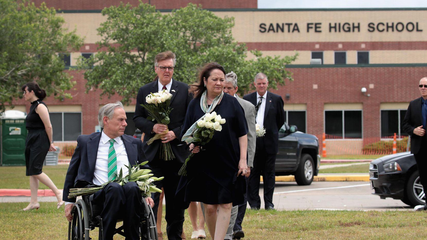El gobernador de Texas Greg Abbott asiste a una ceremonia en memoria de los estudiantes fallecidos en el tiroteo en Santa Fe High. (Getty Images/Scott Olson)