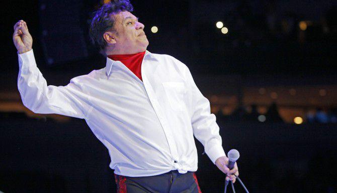 El cantante Juan Gabriel hace la señal de lanzar un beso al público durante el concierto en el American Airlines Center de Dallas el 26 de febrero del 2015. (Especial para Al Día/ Ben Torres)