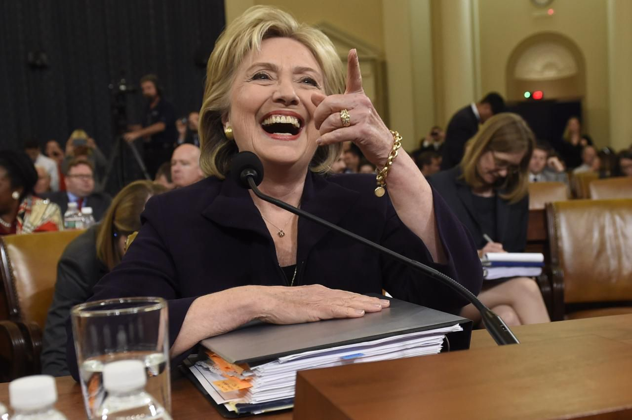 La ex secretaria de Estado Hillary Clinton rindió su declaración al comité sobre los sucesos en Bengasi, en el 2012 (AFP/GETTY IMAGES/SAUL LOEB)