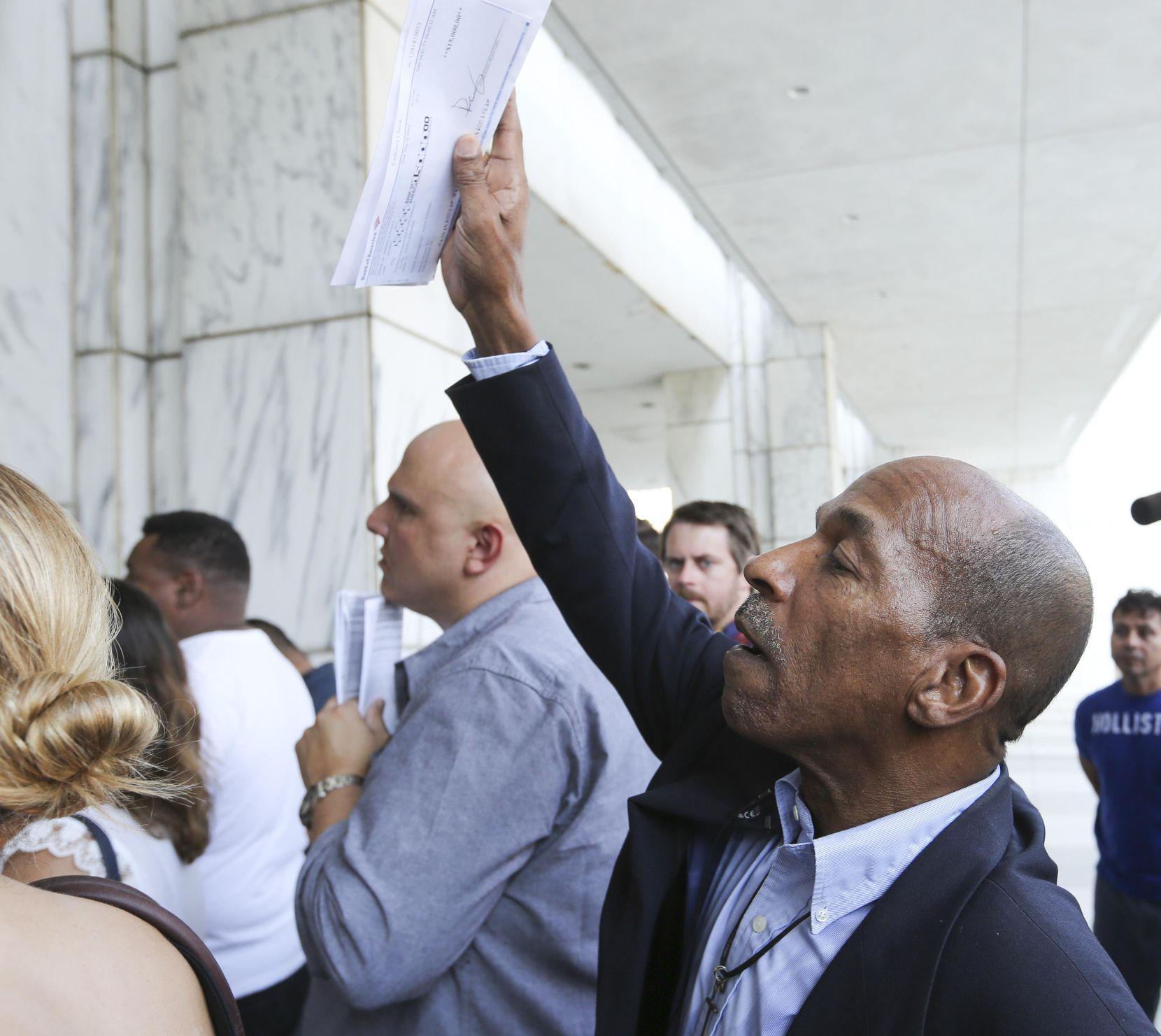 El activista comunitario Anthony Bond trató de comprar la casa de los Palma en una audiencia pública el martes. Tenía un cheque de $15,000 que le dio la fiscal Faith Johnson, quien fue la abogada del caso antes de asumir su cargo público. RON BASELICE/DMN