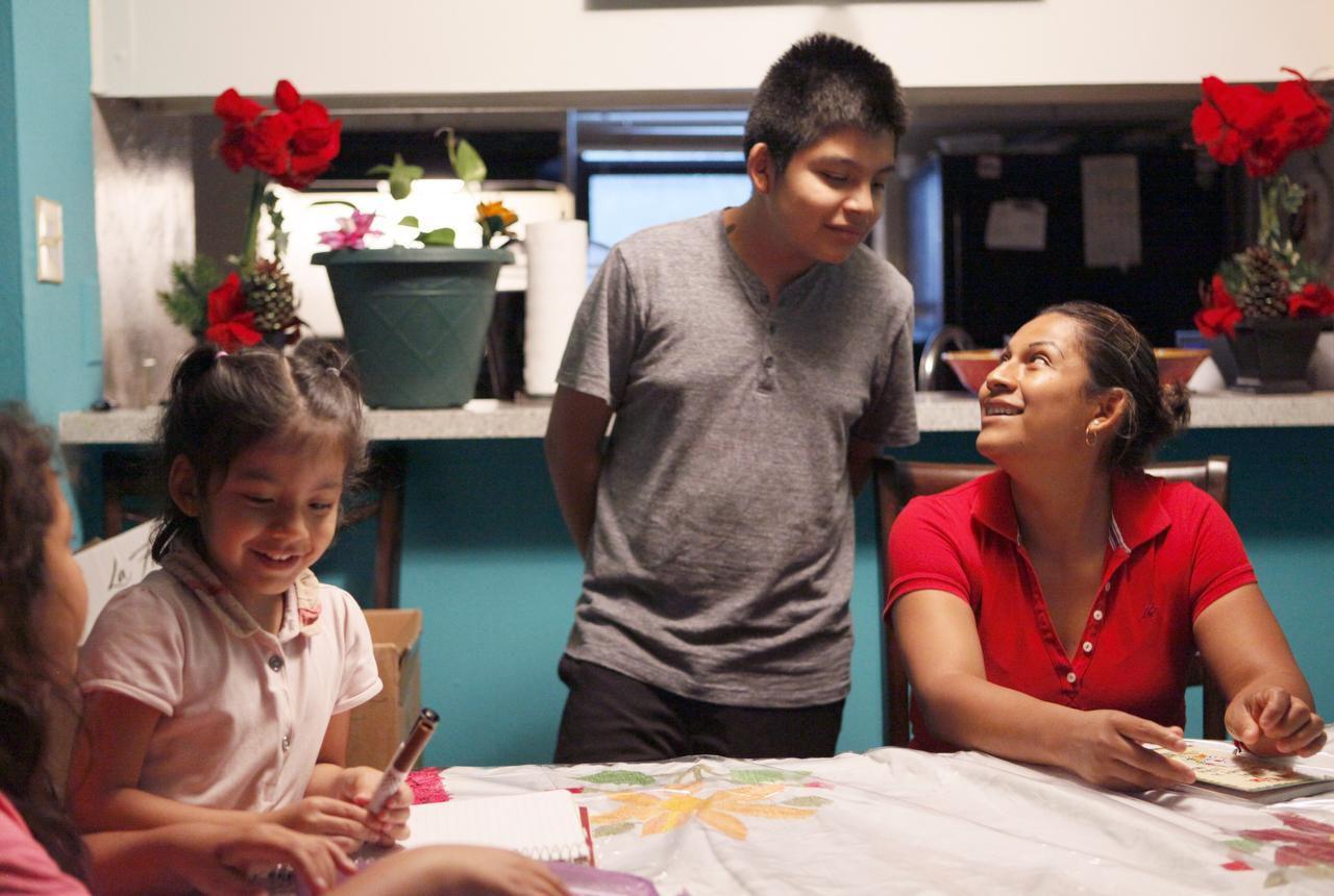 Nancy Pérez (der.) junto a sus hijos Valeria, de 4 años, (izq.) y Agustín de la Parra, de 12, en su residencia en Dallas. Pérez y su esposo podrían beneficiarse de DAPA si es que la Corte Suprema avala su implementación. (FOTOS: BEN TORRES/ ESPECIAL PARA AL DÍA)