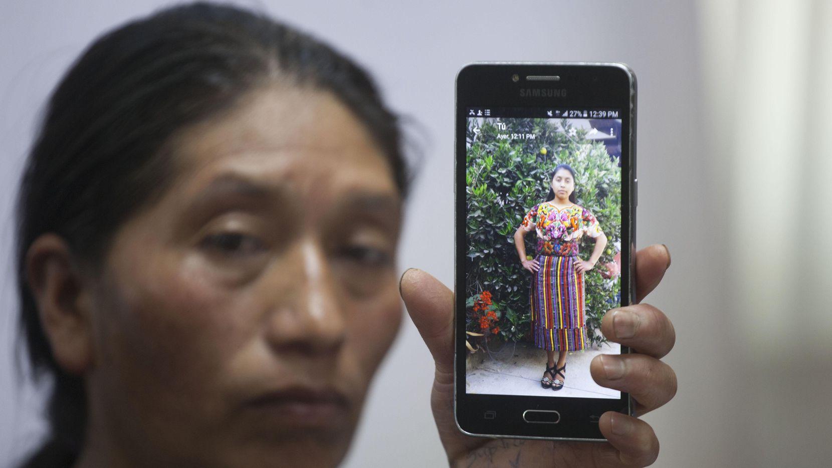 Dominga Vicente muestra una foto de su sobrina Claudia Patricia Gómez González de 20 años, quien murió baleada por un agente de la Patrulla Fronteriza en la zona de Laredo, Texas. (AP/Moises Castillo)