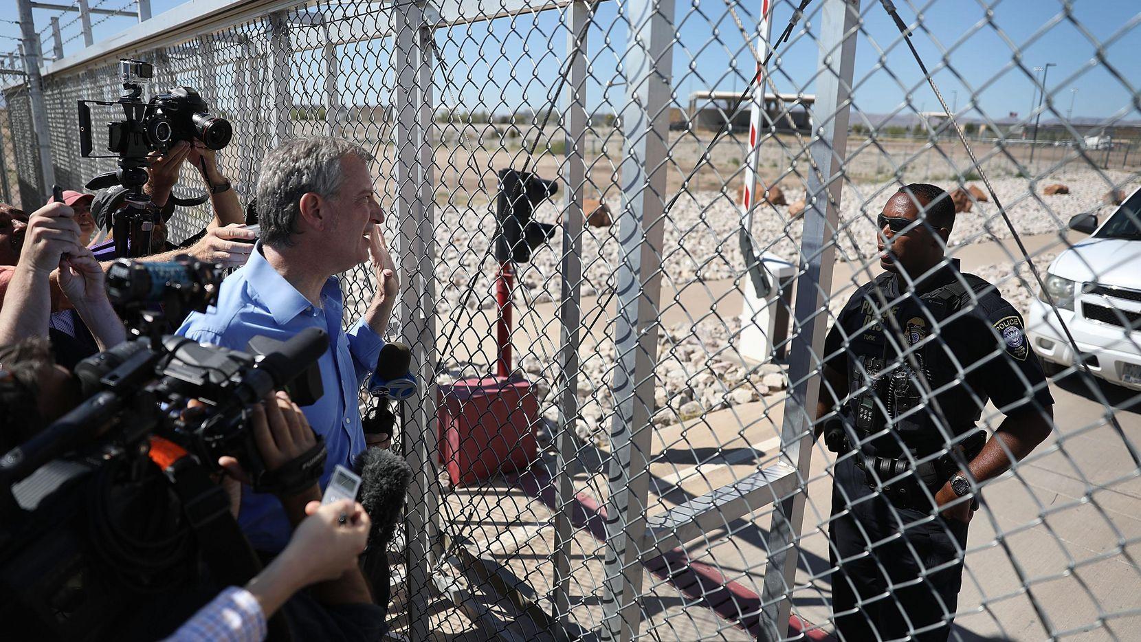 El alcalde de Nueva York Bil de Blasio visitó el centro de detención temporal en Tornillo, Texas para protestar por la separación de niños de sus padres.(Getty Images)