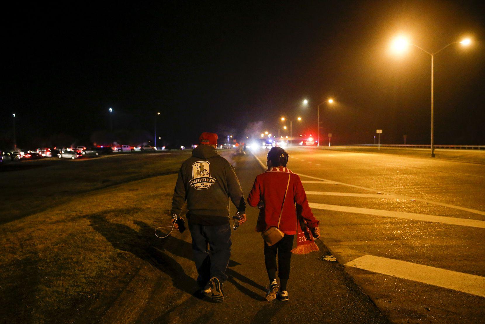 Après une journée de près de 18 heures, Martha Doss et son mari, Wesley, ont recherché leur chauffeur Uber pour quitter un rassemblement pour réélire le président Donald Trump à Bossier City, en Louisiane, le 14 novembre 2019.