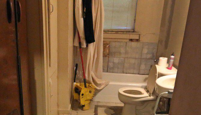 El baño de la casa que renta Joanne Bonne en el sur de Dallas necesita reparación del piso y las baldosas.