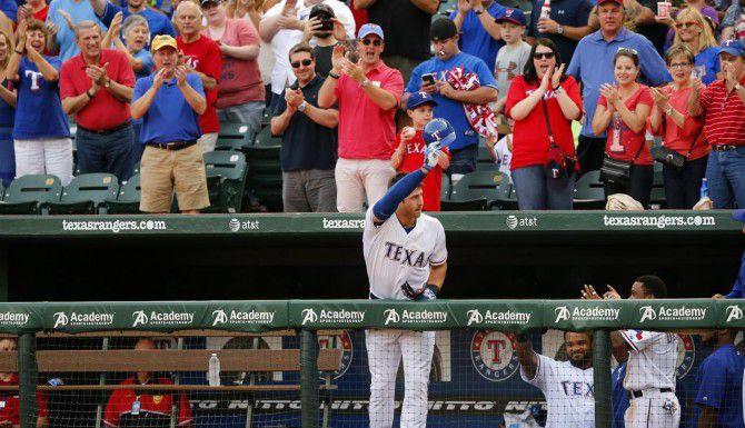 Joey Gallo (13) saluda a la multitud en el Globe Life Park de Arlington luego de anotar un jonrón en su debut con Rangers ante White Sox de Chicago el martes. (DMN/TOM FOX)
