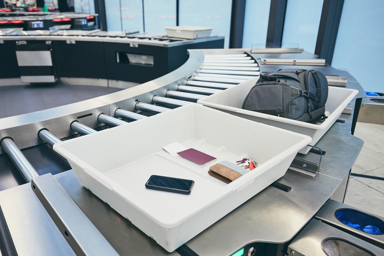 Inspección de pertenencias personales en la zona de seguridad y aduanas en un aeropuerto de Estado Unidos.(GETTY IMAGES)