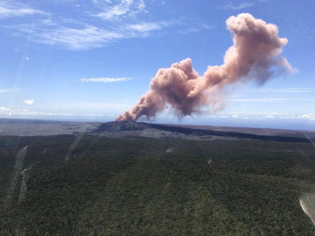 Esta fotografía difundida por el Servicio Geológico de Estados Unidos muestra una columna de ceniza que sale de la abertura Puu Oo del volcán Kilauea en Hawai, el jueves 3 de mayo de 2018. (Servicio Geológico de EEUU vía AP)