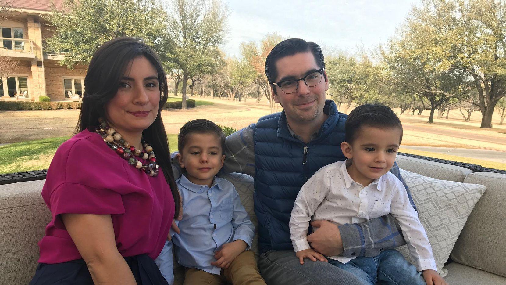 David Salazar, quien trabaja en Mission Foods, junto a su esposa Brenda y sus hijos, provenientes de Monterrey. (DMN/ALFREDO CORCHADO)