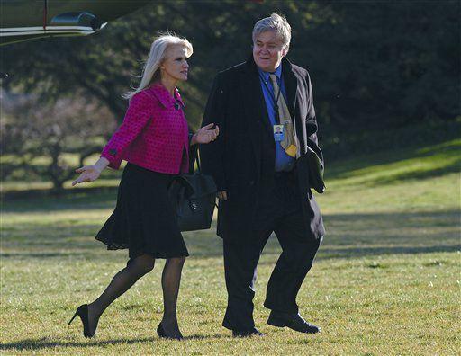 Kellyanne Conway (izq) y Steve Bannon, dos de los principales asesores de Donald Trump, fotografiados en los jardines de la Casa Blanca el 26 de enero del 2017. (AP Photo/Susan Walsh)