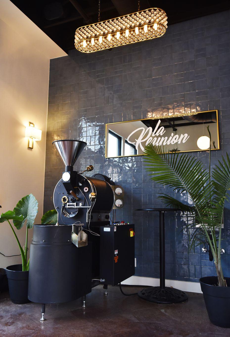 Le café torréfacteur exposé dans le coin de la Réunion est «une des choses les plus chères que je possède», déclare Michael Mettendorf. Elle et la machine à expresso Modbar AV - qui, selon Mettendorf, est la seule au Texas - constituent deux pièces essentielles du magasin.