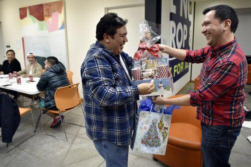 Carlos González, a la izquierda, y Jesús Gallardo intercambian regalos y abrazos durante una fiesta de Navidad para los latinos LGBT en el Resource Center de Dallas, el lunes 16 de diciembre de 2018 por la noche. Foto: Ben Torres / Especial para Al Día