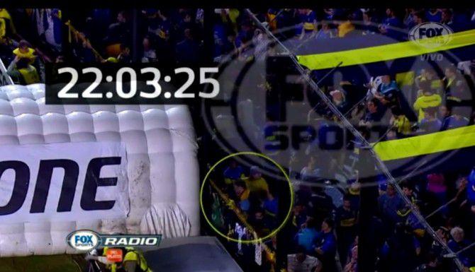 Imágenes del video difundido por Fox Sports donde se ve a un fanático de Boca Jrs. acercarse al túnel por donde salen los jugadores de River Plate a la cancha.(TOMADO DE YOUTUBE)