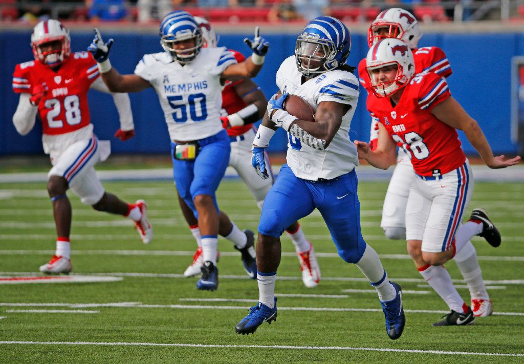 Memphis' Darrell Henderson (8) returns a kickoff 99 yards for a touchdown in the first quarter during the University of Memphis Tigers vs. the SMU Mustangs NCAA football game at Gerald J. Ford Stadium in Dallas on Saturday, November 5, 2016. (Louis DeLuca/The Dallas Morning News)